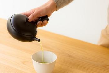 常滑焼北龍窯三代目梅原タツオ氏が製作した、すすむ屋茶店オリジナルの急須。なんと、すべてのパーツを手ろくろで作っているそうです!