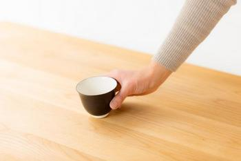 シンプルなデザインがモダンな印象の湯のみ。湯呑みは大小2サイズあるのも嬉しい。長く使ううちに味のある艶がでてきます。
