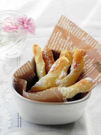 ■スティックパイ 甘いものとしょっぱいもの、両方食べたいという欲張りな人にはこれがおすすめ! ねじって焼くだけのシンプルなスティックパイは、おやつにもおつまみにもなりますよ♪