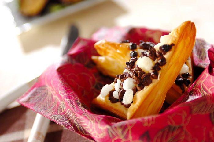 ■カリカリチョコパイ チョコのカリッとした食感が楽しい、のせて焼くだけの簡単パイ。 トッピングもお好みで変えられるので、みんなでわいわい作っても◎