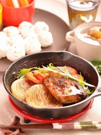 切り身の魚は初心者さんでも扱いやすいオススメの食材です♪ぶりはお酒をかけて15分ほど置いておくと臭みがなくなるそうですよ。たっぷりの野菜と一緒にいただくのもいいですね!