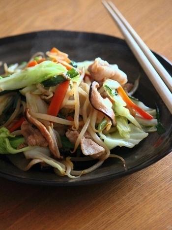 たくさんの野菜を一度に食べられる野菜炒めは、もう一品欲しいという時にも便利なメニューですよね。こちらは豚バラ肉と一緒に炒めるレシピ。お肉を最初に炒めて取り出しておくと固くならないそうです。また、火の通りにくいにんじんは先に蒸し焼きに。野菜の種類によって加熱時間を変えるのがポイントなんですね☆