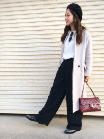 ちょっぴりワイドなパンツはブーツの色と合わせて統一感を出して。レディなコート&バッグにマニッシュをプラスしたシンプルシックなミックスコーデ。
