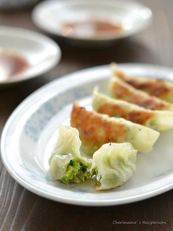 手作りの餃子は余計な物を入れないので、素朴で安心できる味。こちらのレシピでは、刻んだ野菜を混ぜる時にゼラチンを加えています。ゼラチンが野菜の水分を吸ってくれるので、絞る手間が省けるそうです。