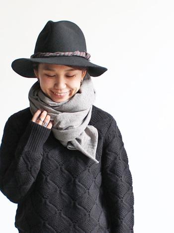 ハットに合わせたスタイルも◎ ブラック一色のスタイルにグレーを差し色に使えばお顔周りがぱっと明るくなりますね。