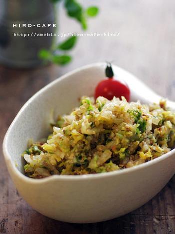 白菜を千切りして水気を切り、だし粉やごま油、醤油、胡麻などをあわせたタレで和えた、おつまみにもピッタリのナムルです。白菜をたっぷりいただけるレシピです。