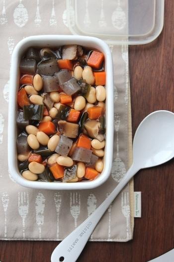 五目煮豆も具がたっぷりで栄養満点、作り置きにぴったりのおかずです。ベースとなるお出汁には、干し椎茸と昆布の戻し汁を使っています。こちらのレシピでは、水煮の大豆と乾燥大豆の両方の使い方が紹介されています。