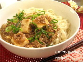 ゆず粉末が練りこまれたうどんに麻婆豆腐をトッピング。とろっとした麻婆豆腐とうどんの組み合わせはのどごしなめらかなので、食欲のない時でもペロリと食べられそうです。