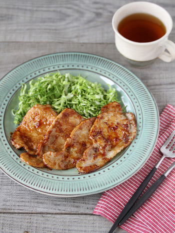 男性や食べ盛りのお子さんも大好きな「豚の生姜焼き」。お肉に片栗粉をまぶしてから焼くと、タレがからみやすくなるそうです。焼きすぎると固くなるので、手際よく味付けしましょう。