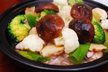 たっぷりの蒸し野菜と鶏を堪能できるレシピ。ここに梅昆布茶のあんかけ出汁をかけると、それだけで豪華な1品に早変わり。あつあつの小さな土鍋にたくさん具材を入れて、あったまりながら食べるのがおすすめ。