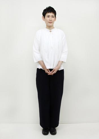 OSHIMA REI(オオシマレイ)のギャザースモッグに黒のワイドパンツが大人っぽい着こなし。パンツは、シューズと色を合わせて色を繋ぐことで足長効果が生まれます。