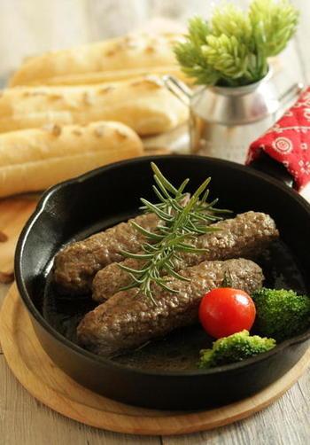 皮なしで作るソーセージ。ポイントは南フランス・プロバンス地方のハーブミックスやニンニクをたっぷりひき肉に混ぜ、粘りが出るまでよくこねること。