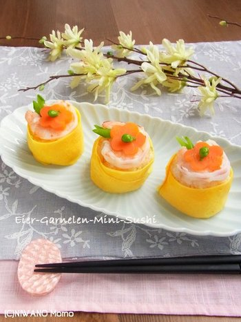 こちらは、茶巾風に薄焼き卵をくるりと巻いたかわいらしいてまり寿司。手が込んでるように見えますが、作り方は簡単♪おもてなしの一品に作りたいですね!  酢飯にはわさびと新生姜が効いていて、香りと食感も楽しめます。