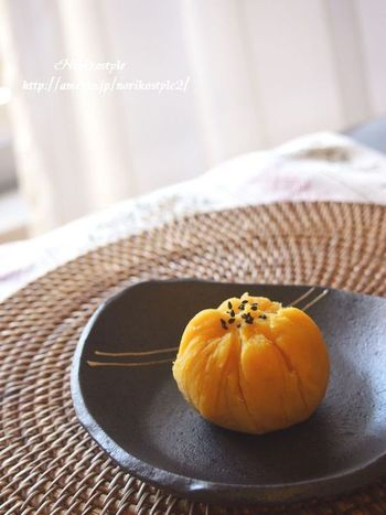 クリームのようにトロッとした食感が美味しい安納芋を使って、甘さのなかにくるみの塩気がアクセントになった上品な茶巾。キラキラした黄金色が美味しそう~♪