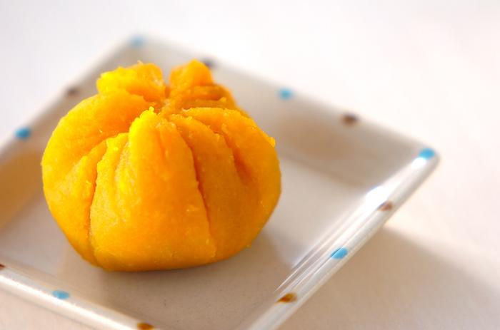 かぼちゃの素朴な甘さが美味しい!中には練り小豆が入っていて、甘さのバリエーションが楽しめます♪