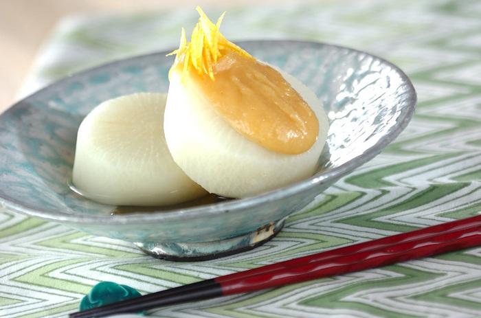 さっぱりと食べたいときは、こちら!じっくりと火を通した透き通るような白さの上に、柚子が品良く香ります。お正月の雰囲気も残しつつ、優しく体をいたわる一品です。