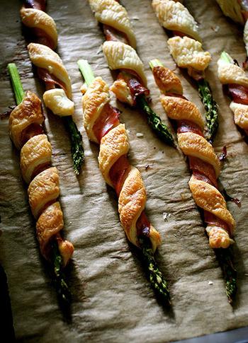 ■アスパラのベーコンパイロール  アスパラのベーコン巻きに、細長くカットしたパイ生地も一緒にくるくる。 見た目もおしゃれなお食事パイの完成です♪
