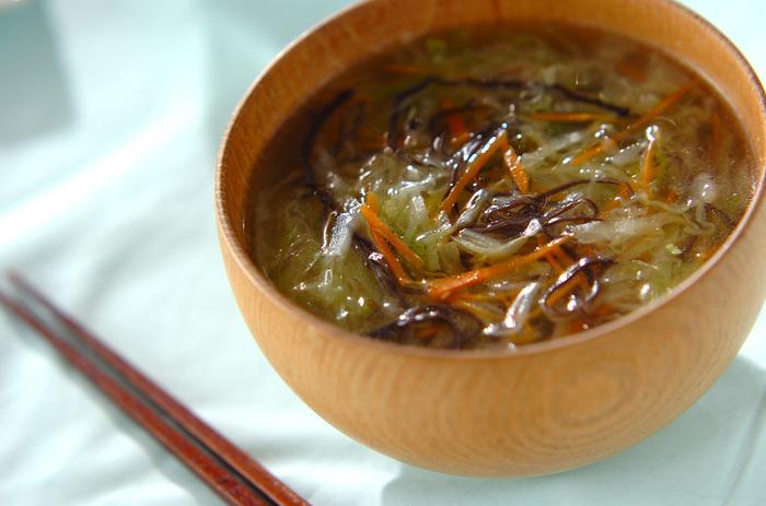 キャベツはお味噌汁でもコンソメでもスープならなんでもよく合います。今回は中華スープで風味豊かに♪千切りなので味がしっかり馴染んでたくさん食べられそうです。