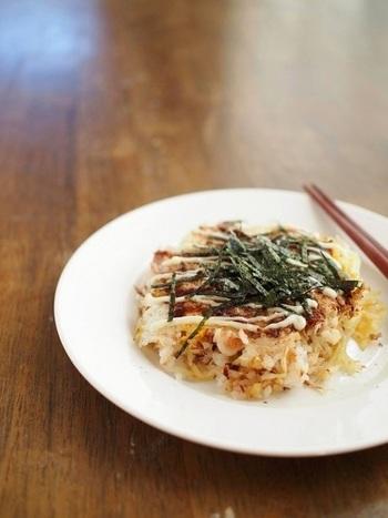 小麦粉を使わないお好み焼きのひとつとしてごはんでお好み焼きを作るという方法もあります。混ぜないで材料をそのままフライパンに入れて作るという大胆なレシピです。残ったご飯で簡単にできますので、節約料理としてもおすすめです。