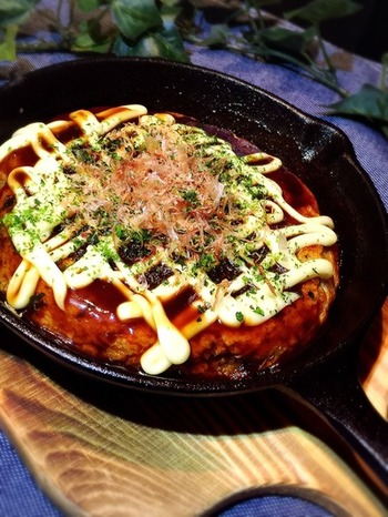 スキレットでお好み焼きを作るとふわふわになり、そのまま食卓に出すこともできて簡単!アツアツが食べられるってうれしいですね。