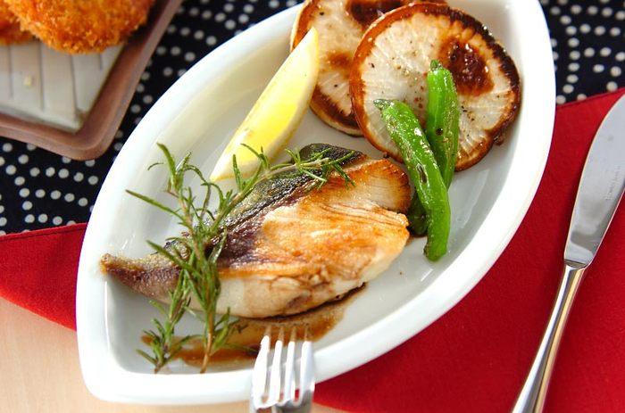 味噌煮や照り焼きなど和風で食べることが多いブリ。ハーブとバルサミコ酢で新鮮な洋風の味わいに。 素敵なプレートにちょっとお洒落に盛り付ければ、プチディナーに…。ワインがお似合いです!