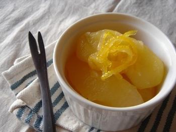 ことこと煮込んだコンポート♡りんごと柚子という冬ならではの組み合わせがいいですね。まとめて作っておけば、好きな時に食べられるので便利です♪