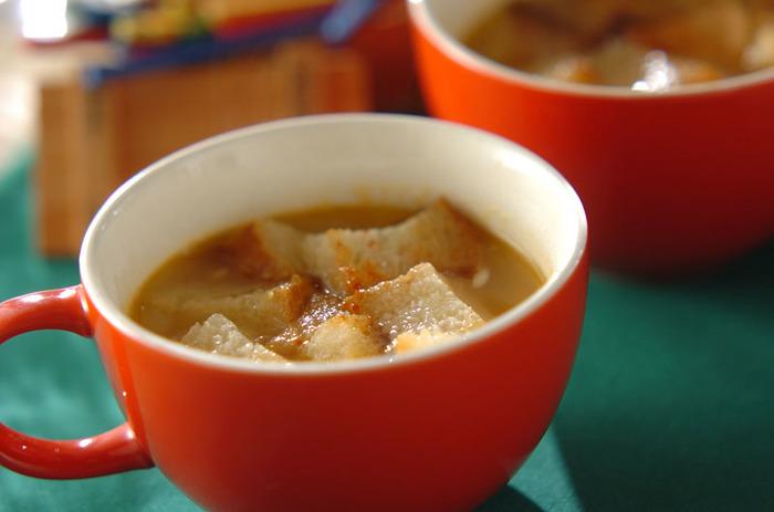 チリパウダーを効かせたスープです。顆粒スープの素で簡単にできちゃいます。カリッと焼いたバゲットと合わせて。