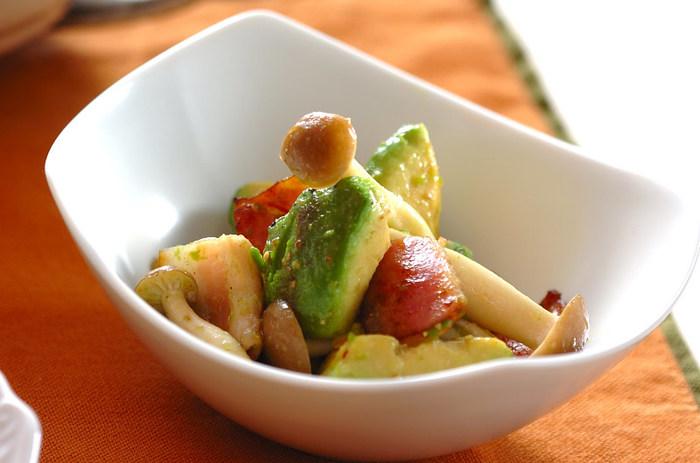 アボカドとにんにくをミックス。オリーブオイルと塩コショウのみの味付けですが、ベーコンからのうまみも出て味はしっかりと。お好みで野菜類を加えるとヘルシーに。