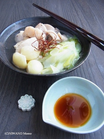 鶏肉とにんにく、ネギのシンプルな煮込み鍋料理。ポン酢でいただきます。ほくほくのにんにくが、存在感のあるレシピです。