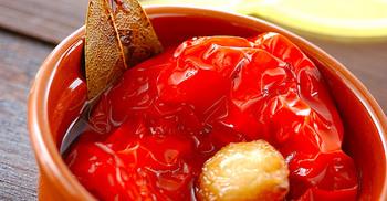 目に鮮やかなパプリカのオイル煮です。ローリエとにんにくを入れて。