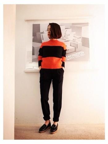 ブラックとオレンジの二色で決めます。ビビットなオレンジカラーも、黒を使うとすっきりとまとまるから不思議ですね。