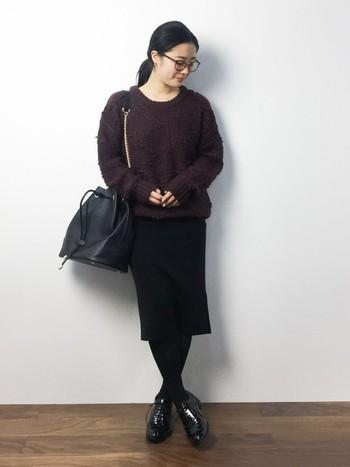 ブラウンに近いボルドーのループ編みプルオーバーと、黒でシックに。冬らしい装いを、2色で程よくカジュアルにまとめて。