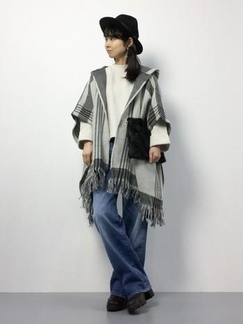 裾のフリンジが今年っぽいポンチョは個性派デザインがおしゃれな1枚。ちょっぴりエッジの効いたクールなマニッシュスタイル。