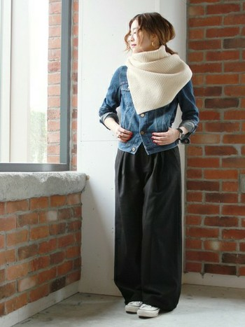軽くて暖かなウールのミニケープ。アウターの上に羽織ったり、中に着けても、レイヤードスタイルがアクセサリー感覚で楽しめるアイテム。