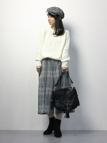 ベーシックカラーですっきりとコーディネートして。黒のバッグとブーツで、重みを出すと全体のバランスが纏まって見えます。