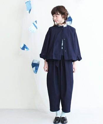 コットン素材のケープコートは、この春トレンドのショート丈。ポンチョ風のシルエットがキュートで、独特の色合いが雰囲気のある1枚。パンツとセットアップで合わせても◎です!
