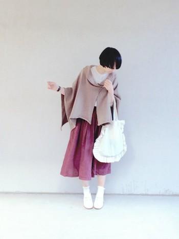 ニュアンスカラーが素敵なケープに、ドレープが入ったスカートが、そこはかとなくガーリーな雰囲気を醸しだしています。どこかノスタルジックなスタイルは、いくつになっても真似したいですね。