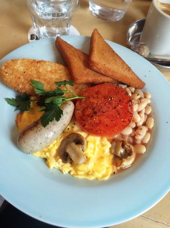 """フライドブレッドにソーセージやハッシュドポテトなどを組み合わせた『イギリスの朝ごはん(フルブレックファスト)』は""""腹持ち""""じゅうぶん!"""