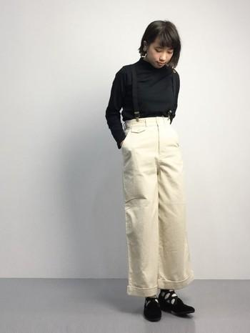 同じ黒と白でも、色の配分方法で、とってもカジュアルになりますね。大き目ドットの靴下をアクセントにして。