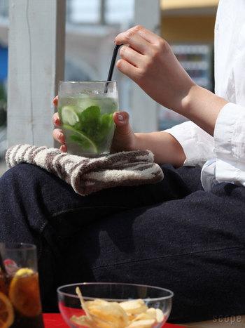 飲み口から少し下の部分が緩やかに膨らんでいて、シンプルながら洗練された印象を受けるTimoグラス。この緩やかなカーブのおかげで、持ちやすさも抜群。ちょっと大きめサイズなので、8分目程度に飲み物をいれた状態で250mlくらいの容量。ごくごく飲みたい時にはピッタリのグラスです。