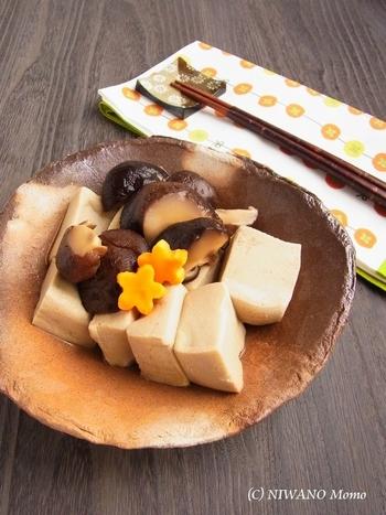 高野豆腐に干し椎茸の旨みがたっぷりと染み込んだ、味わい深い定番おかず。噛みしめるたびに、お口の中に旨みがじわっと広がります。