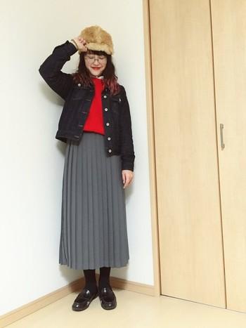 ロングのプリーツスカートに、インナーの赤色のニットがアクセント。 スクールガール風の着こなしに、ファー帽子を合わせるのが上級者ですね!