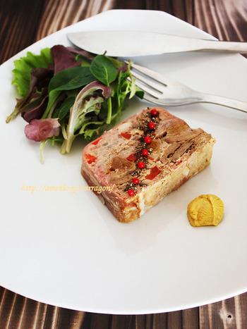 ブランデーに漬けた無花果とエリンギ、パプリカをたっぷり使った、ちょっとオシャレなパテ・ド・カンパーニュ。肉の量が少し抑えているので、食べやすい一皿です。