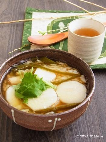 寒い冬の日に食べたい里芋のお雑炊。前の晩から昆布出汁にひたした里芋は、昆布の旨みが芯までしみ込んで、どこか懐かしいお味の田舎風雑炊です。