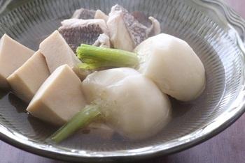 鯛、カブ、高野豆腐を合わせ出汁と薄口醤油で煮た、色合いのきれいなお料理。鯛の味も出汁にしみ出し、とても味わい深い仕上がりになります。