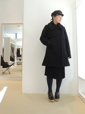オールブラックで素材感を楽しむ品の良いコーデ。シンプルでミニマムなスタイルは、大人っぽい。