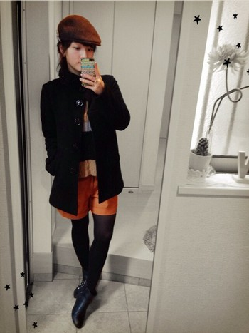 ブラウンやオレンジの色使いが素敵なコーデ。メンズライクな着こなしは、外国人の女の子のアウトドアスタイルを彷彿とさせます。