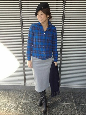 カジュアルなブルーのネルシャツ×タイトなスカートでフェミニンさをプラスしたミックスコーデ。上品な印象のハンチング帽をさっと被って、纏めて。実はさりげなくスターのパーツが入っていて素敵です。