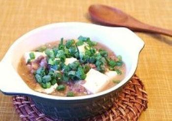 中華風のスープにとろみをつけた、お豆腐とひき肉のご馳走スープ。寒い季節に芯からあったまりそうな一品です。