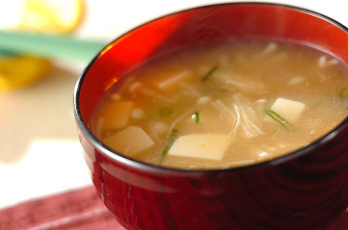 柚子胡椒と味噌は相性抜群!最後に混ぜいれるだけでOK。いつものお味噌汁にプラスするだけで楽しめますね♪